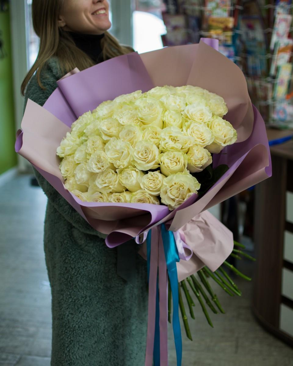51 роза Mondial в упаковке