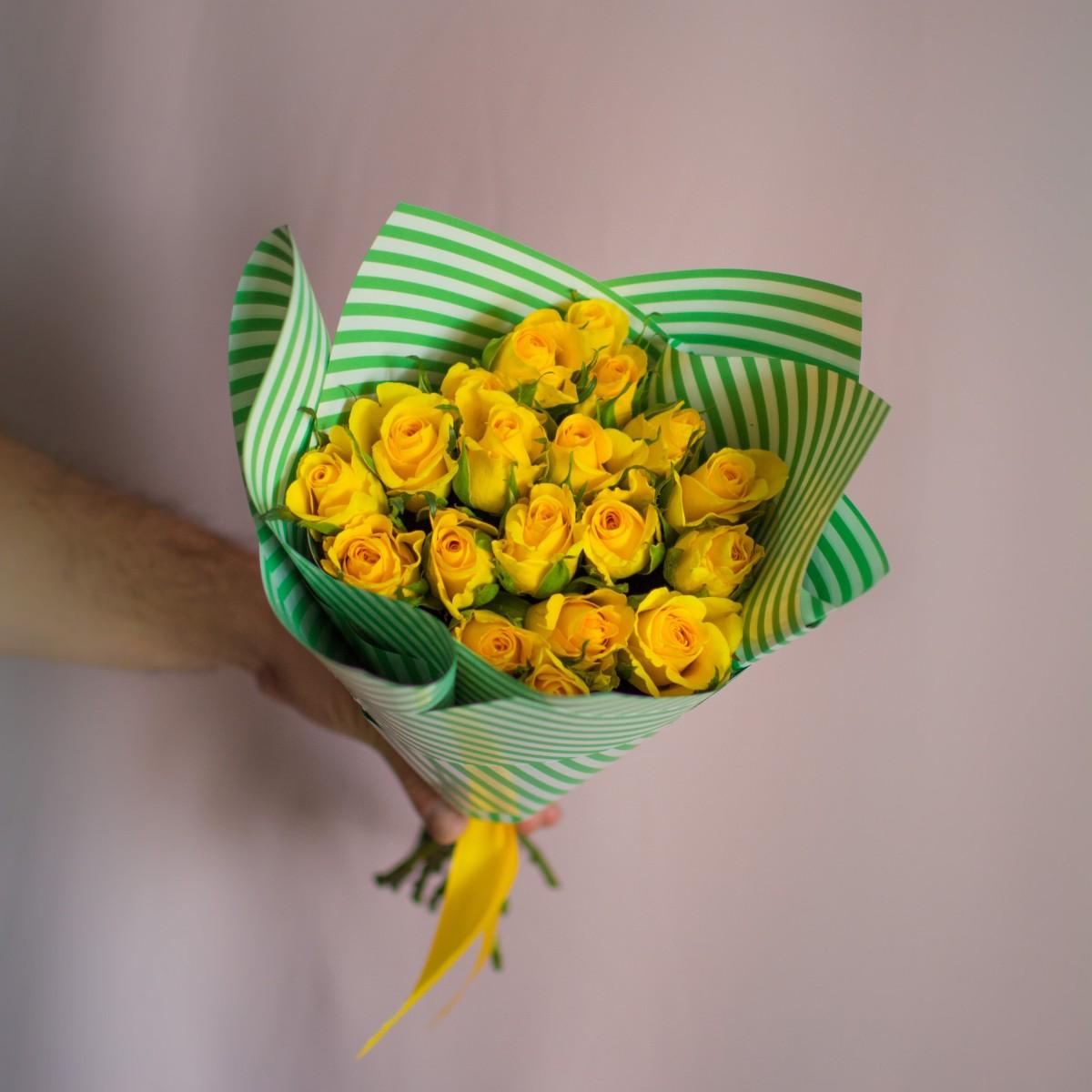 19 желтых роз в упаковке