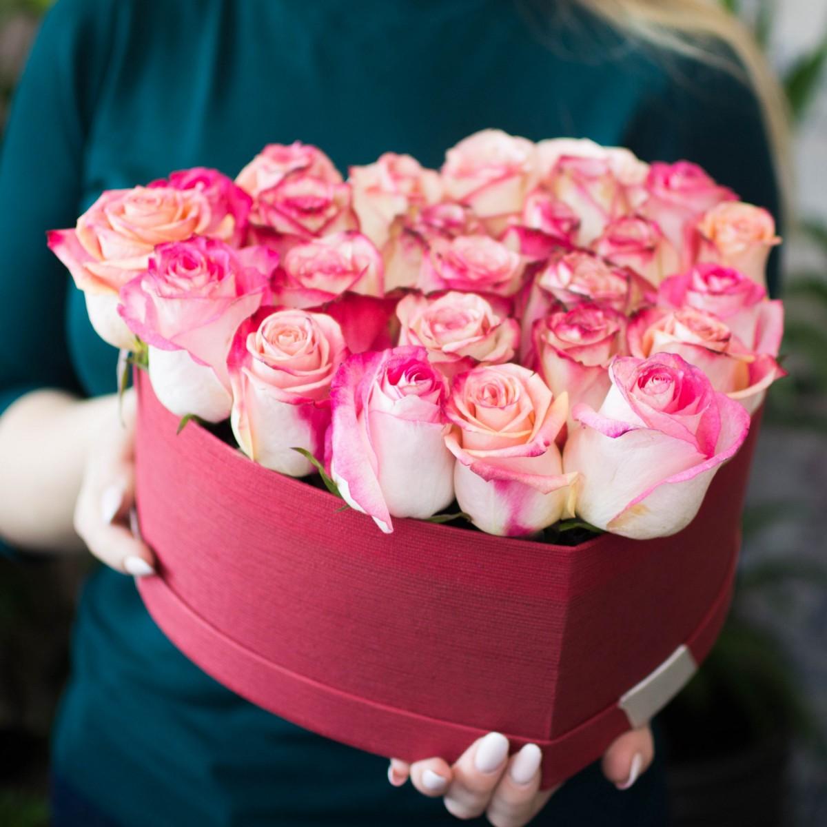 Цветы в коробке из роз для юной леди