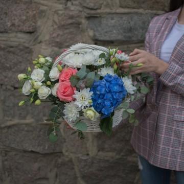 Корзина с цветами «Синий акцент»