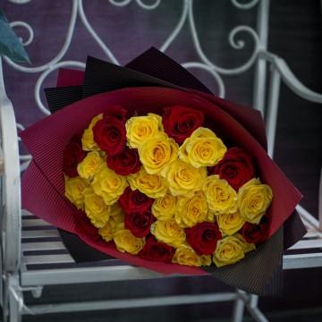 31 жёлто-красная роза