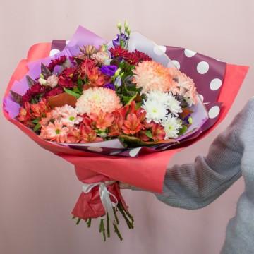Букет с хризантемами «Яркий акцент»