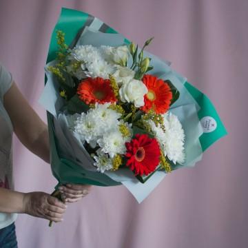 Букет с хризантемами «Простота в деталях»
